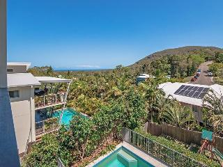 Ideal Coastal Retreat sleeps 10, linen, wifi, bfst, Coolum Beach