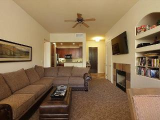 A Downstairs One Bedroom with a King Bed and Mountain Views from the Patio!, La Quinta