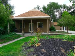 4 bedroom 2 bath bungalow sleeps 8 downtown, Salt Lake City