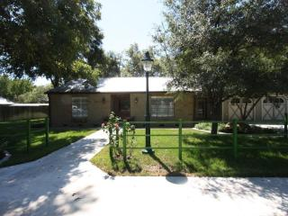 Comfy Cozy Getaway 3 Beds / 2 Bath with Large Yard