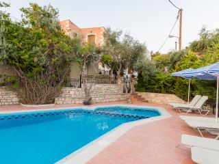 Villa Katerina, spacious with private pool, BBQ!, Asteri