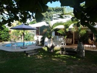 Vue du jardin avec sa piscine, terrasse et salon de jardin