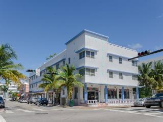 LOCATION !! Studio steps from the Ocean - Heart of South Beach