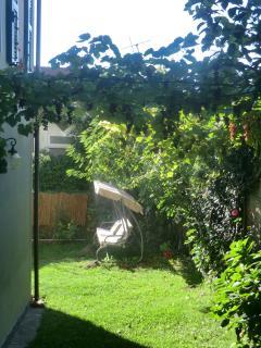 Way to garden and entrance 2 //  Accesso al giardino ed entrata 2