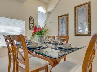 Formal dining area to seat 6-8 guests
