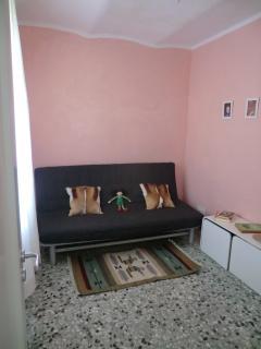 Bedroom with sofa bed // Camera con divano letto