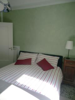 Bedroom with double bed // Camera con letto matrimoniale