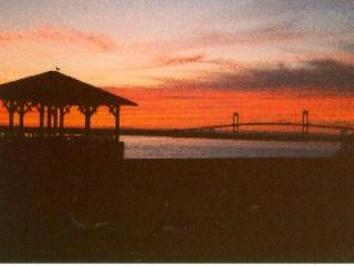 Right on Harbor and Bay 2Bed Furnished Condo, Newport
