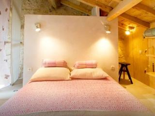 16th Cent. LOFT APPARTMENT CLOSE TO SAINT EMILION, Bellefond