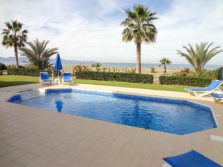 4 BD Seafront villa,dream location,amenities close