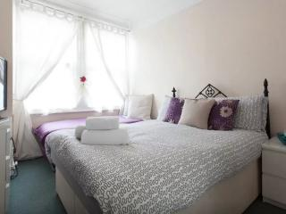 Beautiful Double/Triple Room in Chiswick (R2)