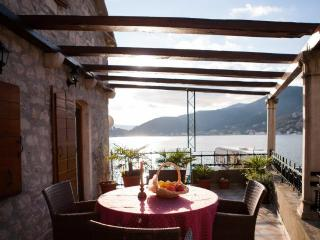 Villa Serventi, Luxury App with sea view balcony, Tivat