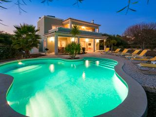 Villa Debora - Contemporary 4 bedroom villa - Close to many amenities. Great Pool!, Carvoeiro
