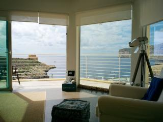 Corner seaview apartment on the beachfront., Xlendi