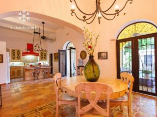 Large, centrally located, colonial charmer., Merida