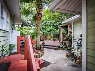 Seminole Heights Craftsman Bungalow and Cottage. Walk to Zoo, Eateries, Cafes