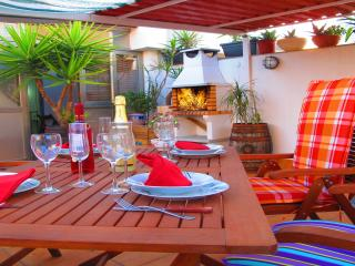 Attic, terrace and barbecue, 3 bedrooms, Barcelona Airport. (R HL), Viladecans