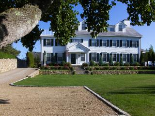 FINNM - Luxury Retreat, Heart of Edgartown Village, Heated Salt Water Pool