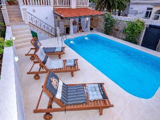 Radovani luxury apartment with private pool, Jelsa