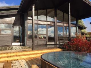 Luxury Lodge with Sauna and Game Room, Thingvellir