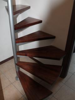 De fraaie hardhouten trap brengt u naar de slaapkamer.