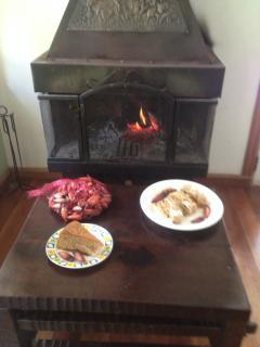 a lareira da sala com ,pratos tipicos coloniais da regiao,aquecidos e bem servidos de delicias