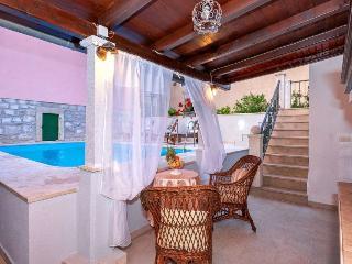 Radovani luxury apartment with private pool, Jelsa