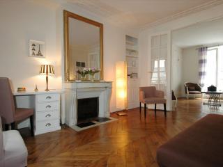 Jean Mermoz apartment in 08ème - Champs Elysées with WiFi.