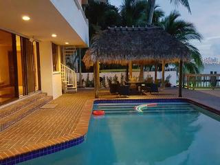 Waterfront Villa pool and dock sleeps 12 -North Bay Village, Miami Beach