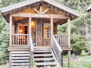 Intimate fairytale cabin w/wood stove, near ski resorts - dogs OK!, Government Camp