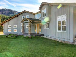 Beautiful & spacious estate w/hot tub for 16 and one dog!, Leavenworth
