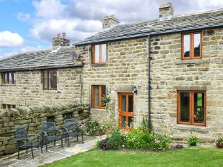 CURLEW COTTAGE, mid-terrace, three bedrooms, woodburner, WiFi, enclosed garden, in Silsden, Ref 915699