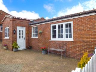 BELVOIR LODGE, semi-detached, single-storey cottage, romantic retreat, tennis court, pet-friendly, near Tetford, Ref 924607