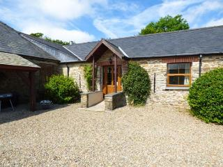 SANDPIPER COTTAGE, mostly ground floor, shared outdoor heated pool, parking, in Llanboidy, Ref 924598