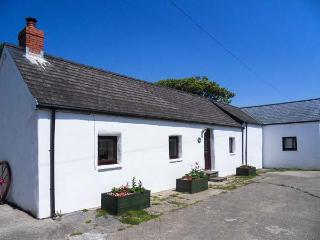 HILL TOP FARM COTTAGE family-friendly, woodburning stove, all ground floor in Narberth Ref 924622