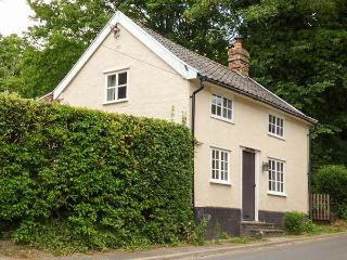 WOODLANDS, woodburner, WiFi, walks from the doork, pet-friendly, charming location, Hoxne, Ref. 925090