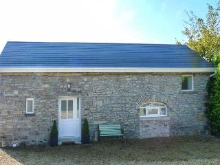 THE OLD STABLES, ground floor, shared enclosed garden, open plan, near Roscrea