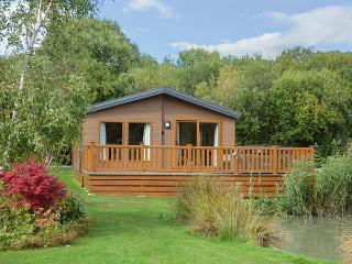 9 BULLRUSH, all ground floor lodge, hot tub, leisure facilities, Tattershall, Ref 929961