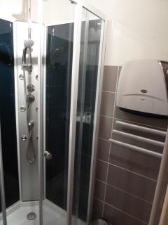 cabine de douche et seche serviette
