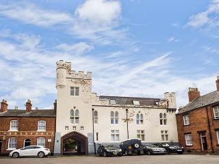 9 ALBION MEWS, second floor apartment, WiFi, yards from city walls in Chester, Ref 916706