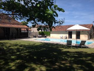 Garden and pool with the Poolhouse Gite behind