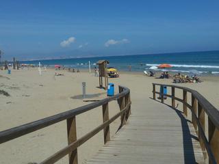 pasarela sobre la dunas que lleva a la playa