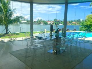 Villa Eterna, designer waterfront Villa with pool, Miami Beach