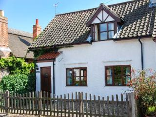 KINGSLEY COTTAGE, end-terrace, open fire, garden, in Stalham, Ref 925688