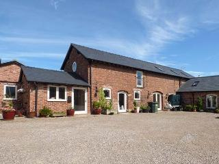 OAKLEIGH FARM, barn conversion, hot tub, pet-friendly, WiFi nr Ellesmere, Ref 925805