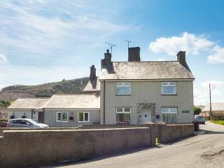 RHUG VILLA, comfy cottage near beach, pub, coastal walks, Nefyn Ref 927106
