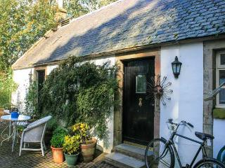 SWEETPEA COTTAGE, single-storey accommodation, woodburner, walled garden, Wiston near Biggar Ref 927592