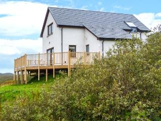 TORR SOLAIS COTTAGE, detached, woodburner, decked balcony, pet-friendly, sea and mountain views, in Kilchoan, Ref 928878