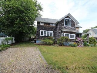CLASSIC AND CHARMING COTTAGE WALKING DISTANCE TO THE BEACH AND TOWN, Oak Bluffs