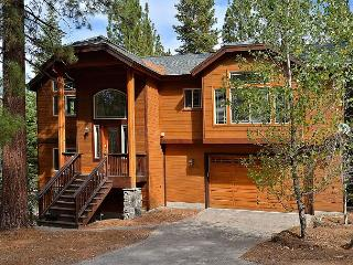 South Lake Tahoe Retreat w/ Hot Tub & Forest Views - 10 Mins to Beach